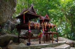 在酸值苏梅岛海岛上的小寺庙  库存照片