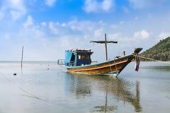 在酸值苏梅岛海岛上的渔船在泰国 免版税库存照片