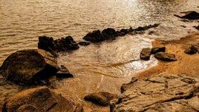 在酸值苏梅岛海滩的日落岩石 库存照片