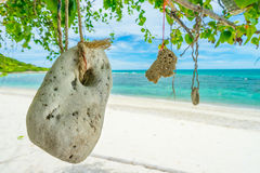在酸值西康省海滩,春武里市,泰国的垂悬的石头 免版税库存图片
