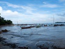 在酸值附近朗塔海岛的传统泰国小船  库存照片