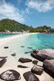 在酸值陶,泰国的美丽的海滩 免版税库存图片