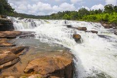 在酸值kong省的Ta Tai瀑布在泰国边界附近的柬埔寨王国 免版税库存图片