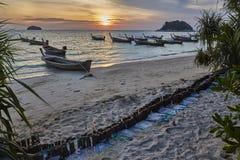 在酸值Lipe海岛, Satun泰国的日出海滩 免版税库存照片