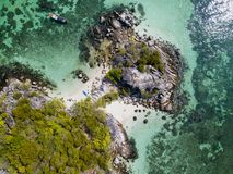 在酸值Lipe海滩从寄生虫看见的安达曼海附近的小海岛 图库摄影