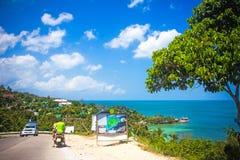 在酸值Phangan视图的热带海滩从路- 库存照片