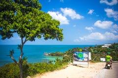 在酸值Phangan视图的热带海滩从路- 免版税图库摄影