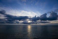 在酸值Phangan,泰国的日落 图库摄影