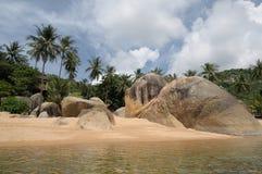 在酸值Samui的珊瑚海滩 库存图片