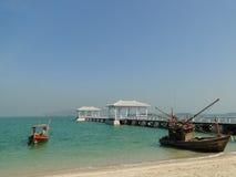 在酸值sichang的海景与一座长的桥梁 免版税库存图片