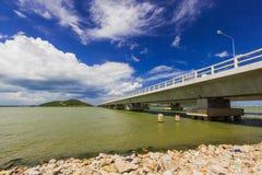 在酸值yo泰国的长的具体桥梁 免版税库存照片