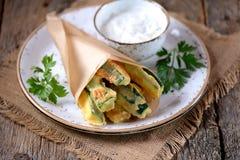 在酸奶、大蒜、莳萝、大蒜、盐和胡椒面团调味汁的油煎的夏南瓜  土气样式 库存图片