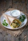 在酸奶、大蒜、莳萝、大蒜、盐和胡椒面团调味汁的油煎的夏南瓜  土气样式 免版税库存图片