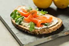 在酸性稀奶油单片三明治的生鱼小条 图库摄影
