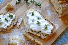 在酸性稀奶油和荷兰芹早餐风景切头上添面包 免版税图库摄影