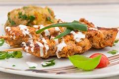 在酸性稀奶油的鸡kebab -印地安烹调 库存图片