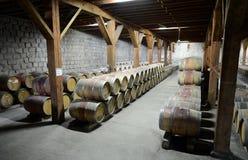 在酿酒厂圣丽塔的葡萄酒桶 库存照片