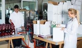 在酿酒厂的女性包装瓶 免版税库存图片
