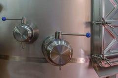 在酿酒厂的工业设备 免版税图库摄影