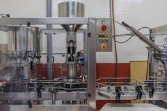 在酿酒厂的工业设备 库存图片