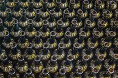 在酿酒厂酒瓶背景,对酒的葡萄酒酿造过程为装瓶,顶视图做准备 免版税库存图片