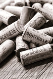 在酿酒商老装瓶的表上的法国葡萄酒黄柏 免版税库存图片