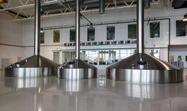 在酿酒者工厂的钢发酵大桶 免版税图库摄影