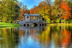 在醇厚的秋天金黄秋天的大理石桥梁在凯瑟琳公园,普希金,圣彼得堡,俄罗斯 库存图片