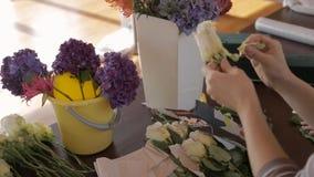 在醉汉中的桌上开花卖花人白玫瑰的断裂瓣 股票录像