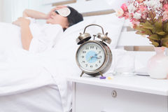 在醒的妇女转弯在床上以后 免版税库存图片