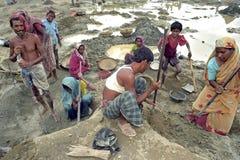 在采石坑的可怜的孟加拉国的家庭 免版税库存照片