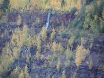 在采矿坑明尼苏达的瀑布 免版税图库摄影