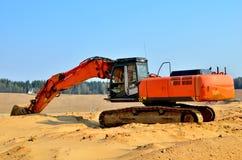 在采矿行动一个开放工业沙坑的上面的挖掘机 免版税库存图片