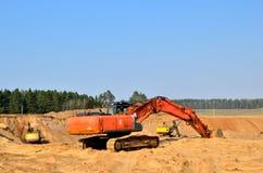 在采矿行动一个开放工业沙坑的上面的挖掘机 库存图片