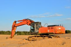 在采矿行动一个开放工业沙坑的上面的挖掘机 库存照片