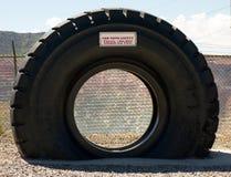 在采矿行动的一个巨型卡车轮胎在新墨西哥 免版税图库摄影