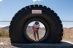 在采矿行动的一个巨型卡车轮胎在新墨西哥 库存图片