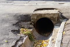 在释放雨水流程的车行道下的Large-diameter铁管子在Dnipro,乌克兰,2018年11月  免版税库存照片