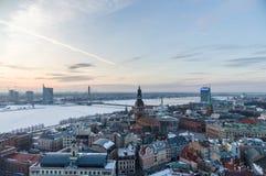 在里加和道加瓦河河,拉脱维亚的冬天日落 免版税库存图片