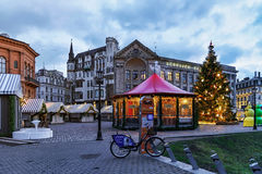 在里加大教堂正方形的圣诞节市场在黄昏 免版税库存照片
