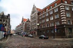 在里加市的老部分街道上的大厦  免版税库存图片
