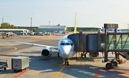 在里加机场装载的飞机 免版税库存图片
