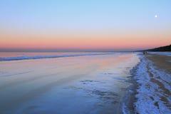 在里加湾海岸的冬天晚上  Jurmala,拉脱维亚 库存照片