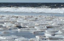 在里加湾的海岸的冬时 库存照片