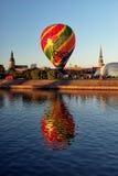 在里加背景的气球  免版税库存照片