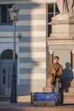 在里加街道上的一位街道音乐家 免版税库存图片