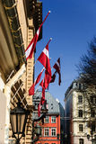 在里加,拉脱维亚老镇的拉脱维亚国旗  免版税库存图片