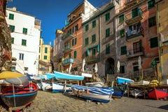 在里奥马焦雷镇海岸的五颜六色的帆船五乡地国家公园的,意大利 免版税图库摄影