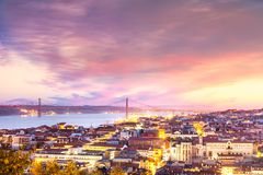 在里斯本和25 abril桥梁在日落,葡萄牙城市的看法 库存照片