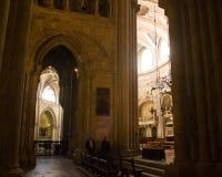 在里斯本大教堂里面的看法 免版税库存照片